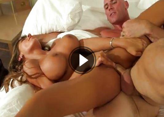 Porno Nutte mit grossen Titten beim ficken auf dem Bett